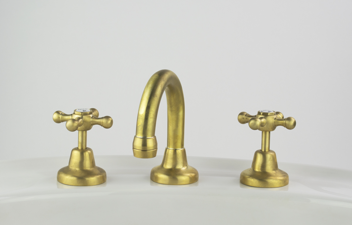 Roulette Basin Set with Fixed Gooseneck Outlet in Lea Wheeled Brass Finish